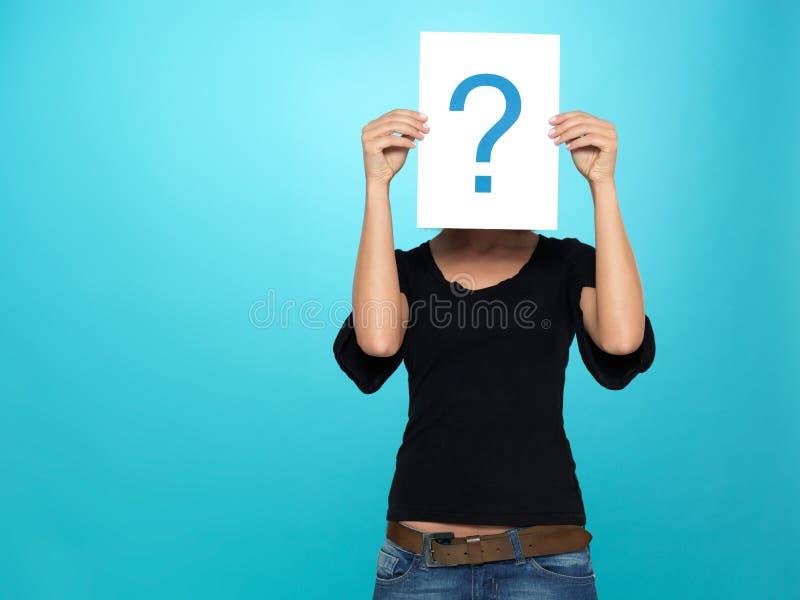 маркируйте милый вопрос показывая детенышей женщины стоковые изображения rf