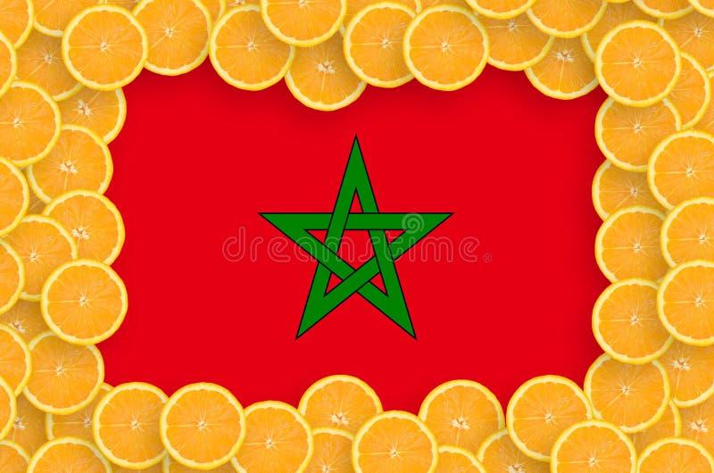 Марокканський флаг в свежей рамке кусков цитрусовых фруктов иллюстрация вектора