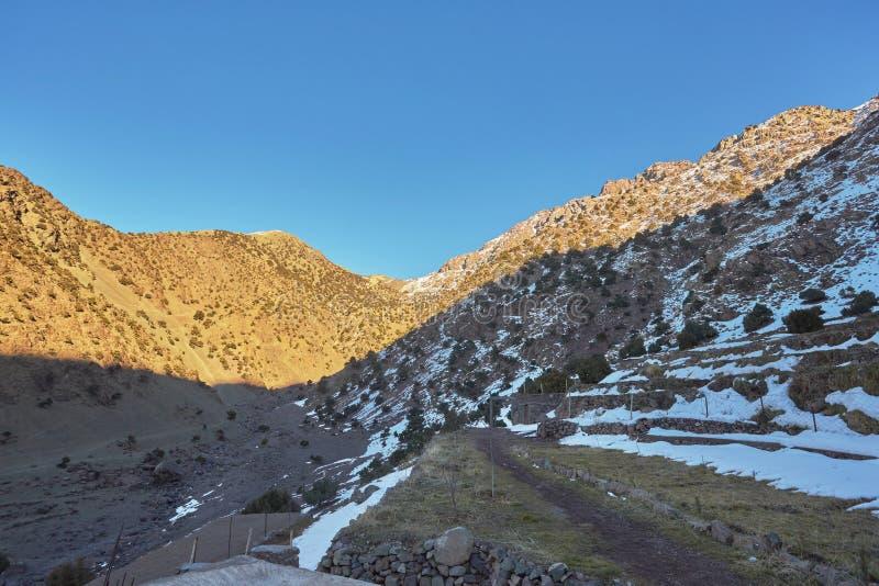 Марокко, высокий ландшафт атласа Долина около Marrakech на дороге к Ouarzazate Spingtime, солнечный день стоковое изображение rf