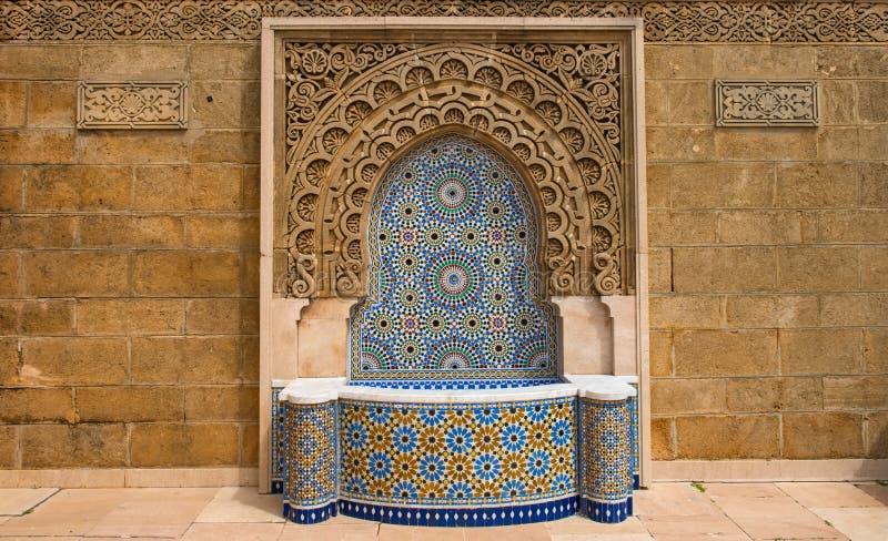 Марокко украсило фонтан с плитками мозаики в Рабате стоковые фото