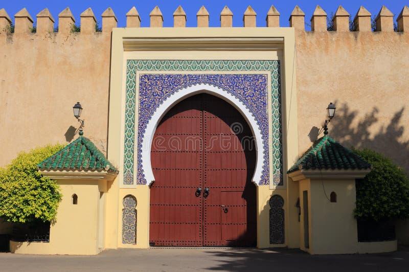 Марокко, Fez, исламская деревянная сдобренная дверь и застекленная плитка окружают стоковое фото rf