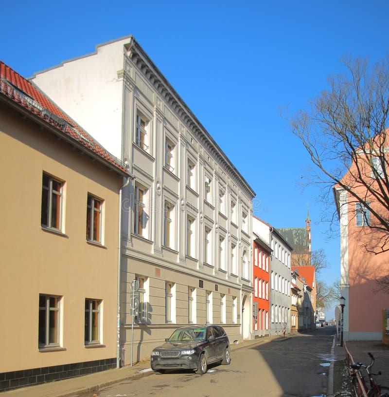 Мартин-Luther-Strasse в Greifswald, с несколькими исторических домов стоковые фото