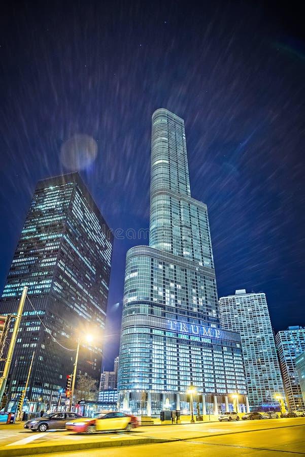 Март 2017 Чикаго Иллинойс - Trump небоскреб башни внутри к центру города стоковые фотографии rf