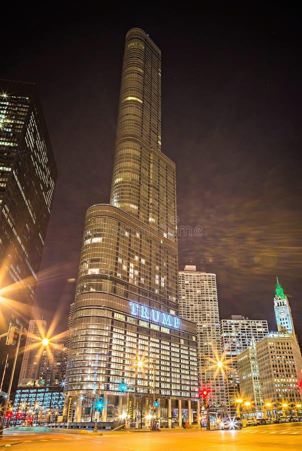 Март 2017 Чикаго Иллинойс - Trump небоскреб башни внутри к центру города стоковое изображение rf