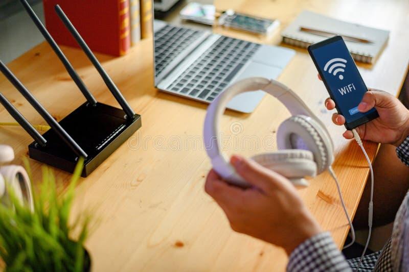Маршрутизатор Wi-Fi беспроволочный на деревянном столе стоковая фотография