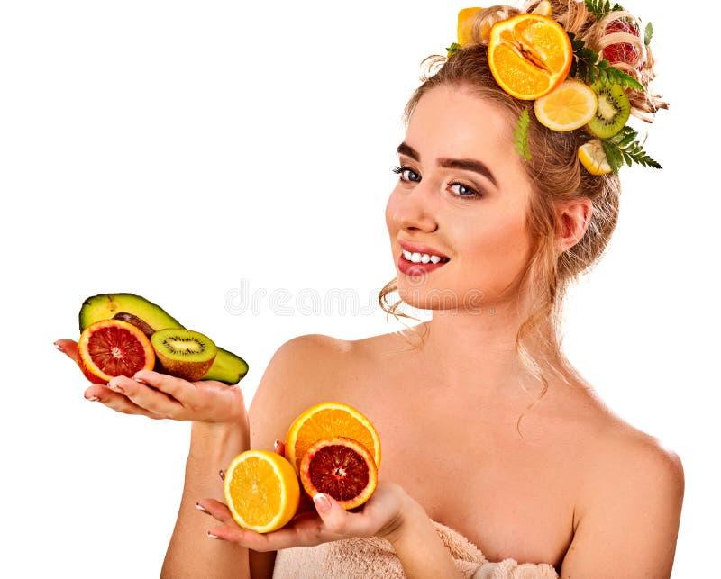 Маска волос от свежих фруктов на голове женщины Девушка с красивой стороной стоковые фото