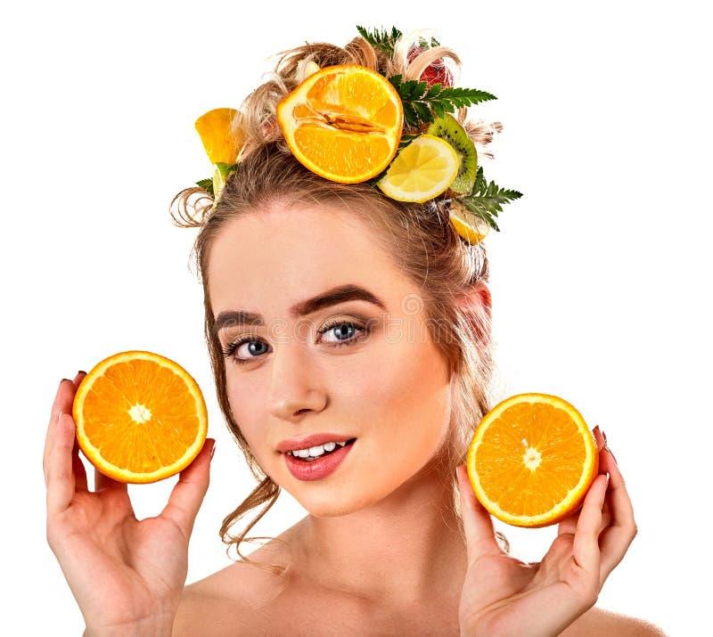 Маска волос от свежих фруктов на голове женщины Девушка с красивой стороной стоковое фото rf