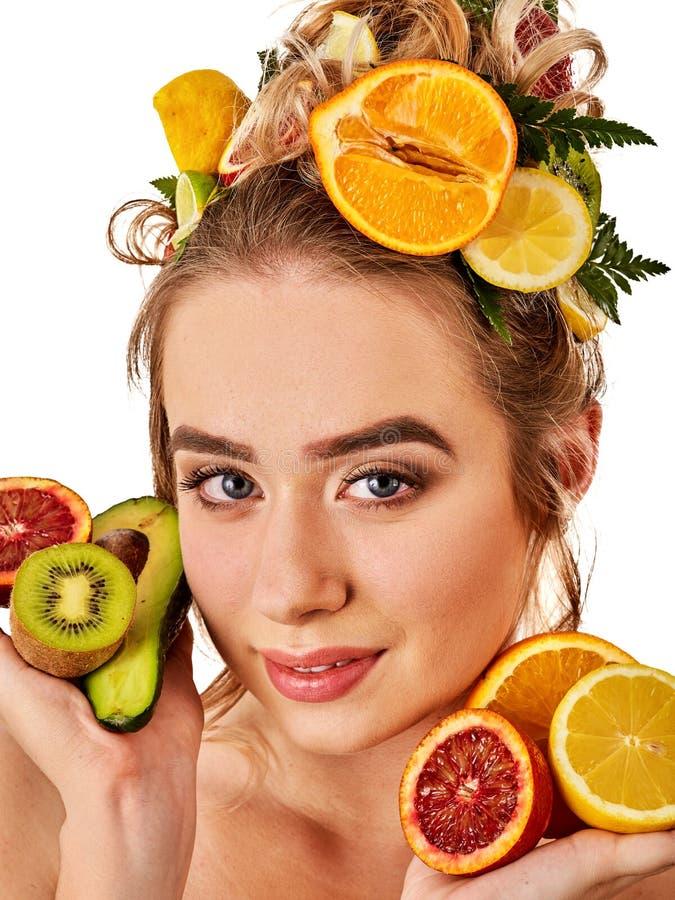 Маска волос от свежих фруктов на голове женщины Девушка с красивой стороной стоковое изображение