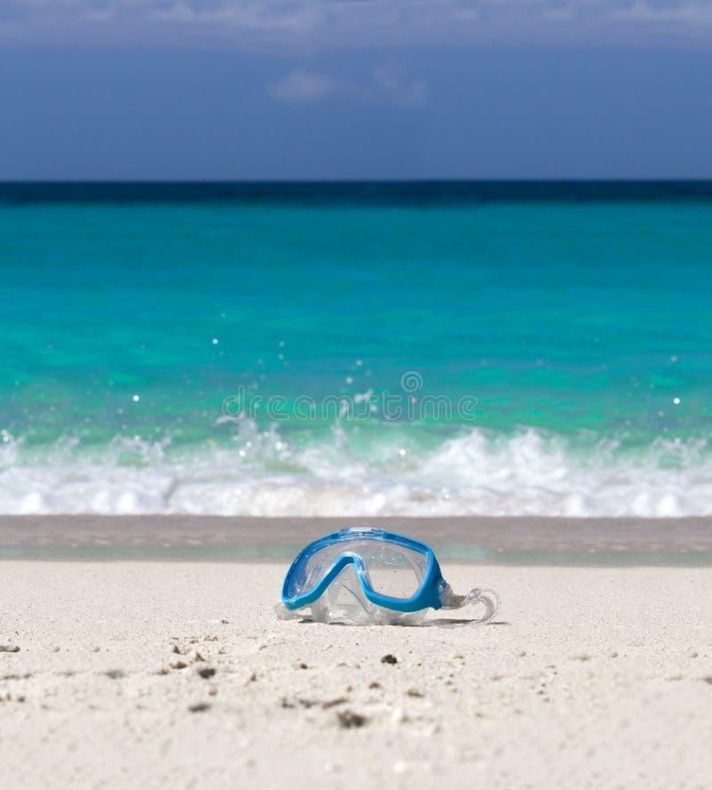 Маска заплывания на белом песке на тропическом пляже стоковые изображения rf
