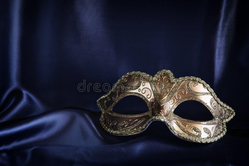 маска золота венецианская на голубой silk предпосылке стоковое фото rf