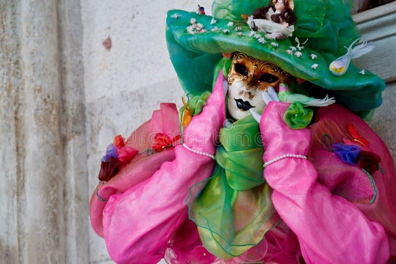 Маска и костюм красочной масленицы розов-зеленая на традиционном фестивале в Венеции, Италии стоковые изображения rf