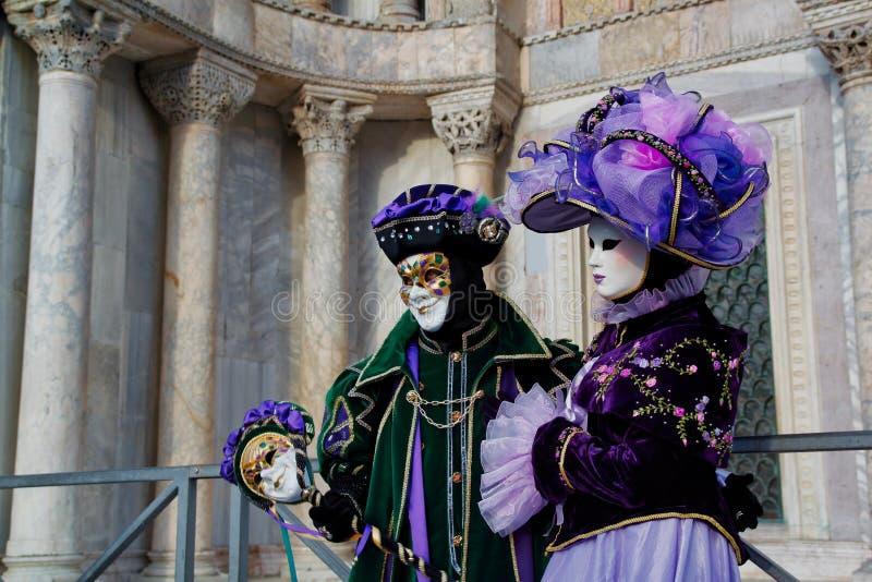 Маска и костюм красочной масленицы сирен-зелен-черная на традиционном фестивале в Венеции, Италии стоковые изображения