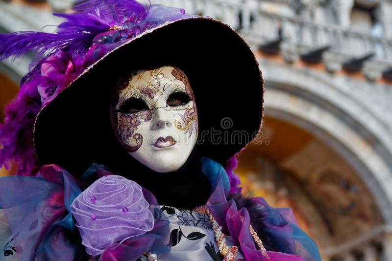 Маска и костюм красочной масленицы сирен-фиолетовая на традиционном фестивале в Венеции, Италии стоковые изображения