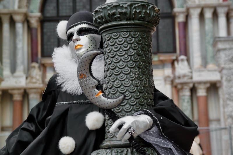Маска и костюм красочной масленицы черно-белая на традиционном фестивале в Венеции, Италии стоковая фотография
