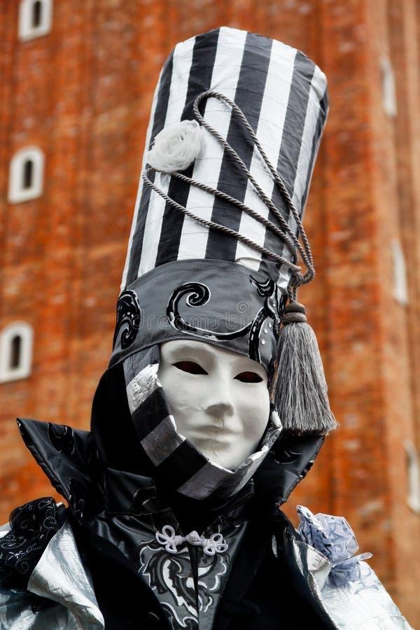 Маска и костюм красочной масленицы черно-белая на традиционном фестивале в Венеции, Италии стоковое фото rf