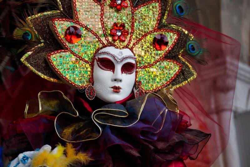 Маска и костюм красочной масленицы multicolor на традиционном фестивале в Венеции, Италии стоковое фото rf