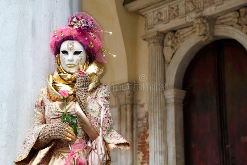 Маска и костюм масленицы розов-золот-бежевые на традиционном фестивале в Венеции, Италии стоковое изображение rf