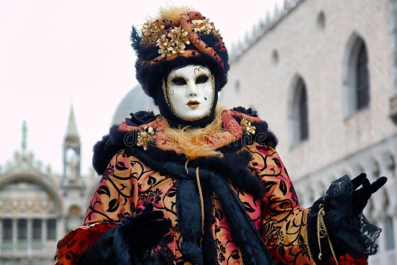 Маска и костюм черного золота масленицы на традиционном фестивале в Венеции, Италии стоковые изображения rf