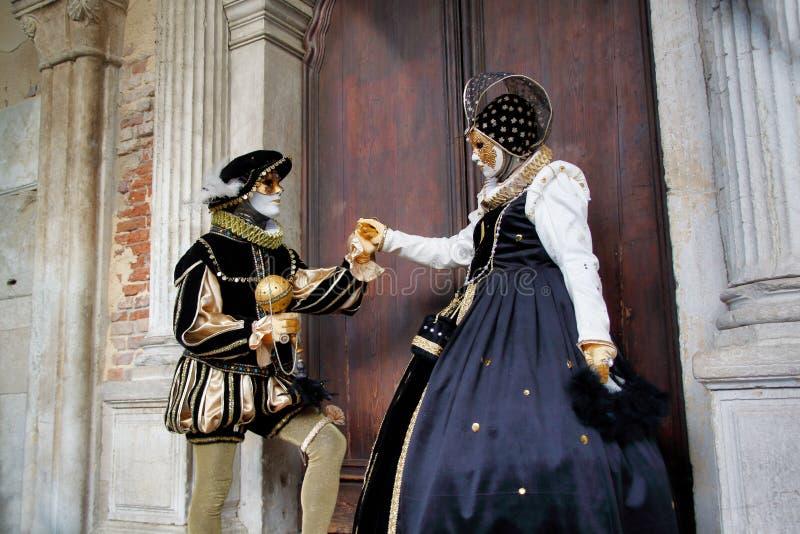 Маска и костюм черно-бел-золота пар масленицы на традиционном фестивале в Венеции, Италии стоковое фото rf