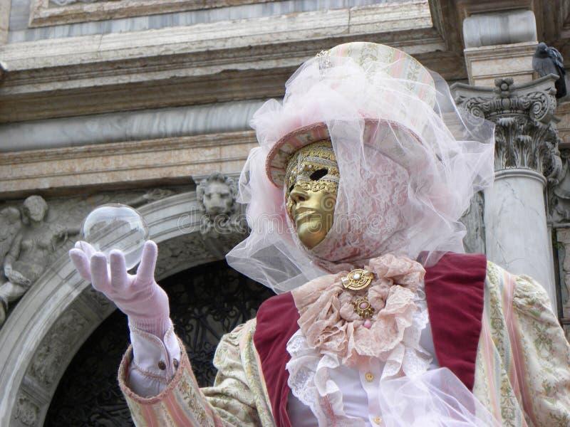 Маска и хрустальный шар, масленица Венеции стоковые фотографии rf