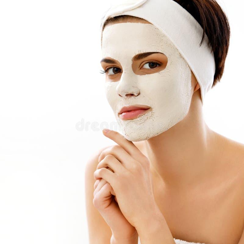 Маска курорта. Женщина в салоне курорта. Лицевой щиток гермошлема. Лицевая маска глины. стоковая фотография
