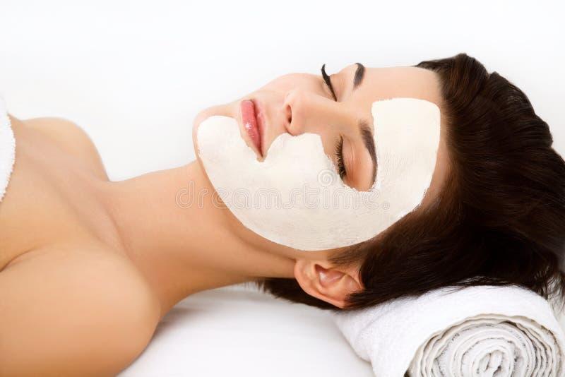 Маска курорта. Женщина в салоне курорта. Лицевой щиток гермошлема. Лицевая маска глины. Обслуживание стоковые фотографии rf
