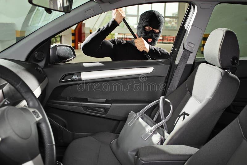 маска мешка крадет похитителя к пробуя носить стоковое фото