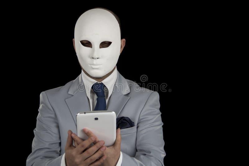 Маска человека нося отправляя СМС на умном телефоне, стоковые изображения