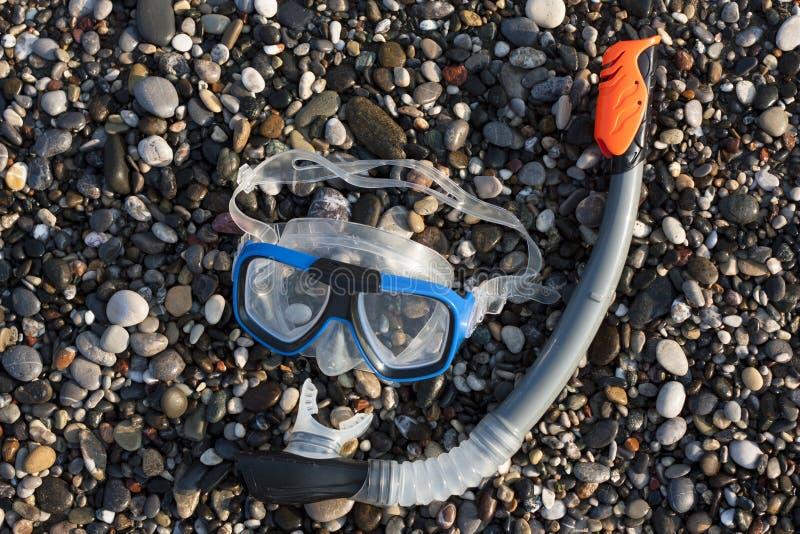 Маска шноркеля и акваланга на пляже стоковые изображения