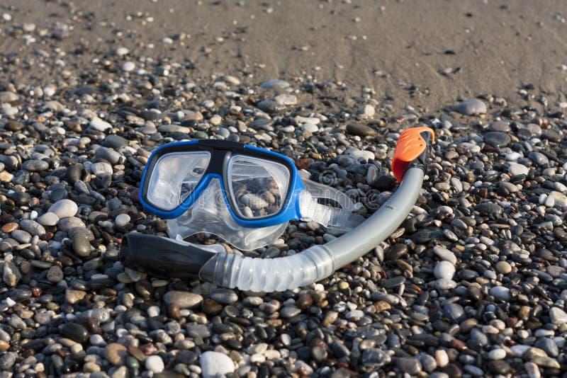Маска шноркеля и акваланга на фото пляжа стоковое изображение