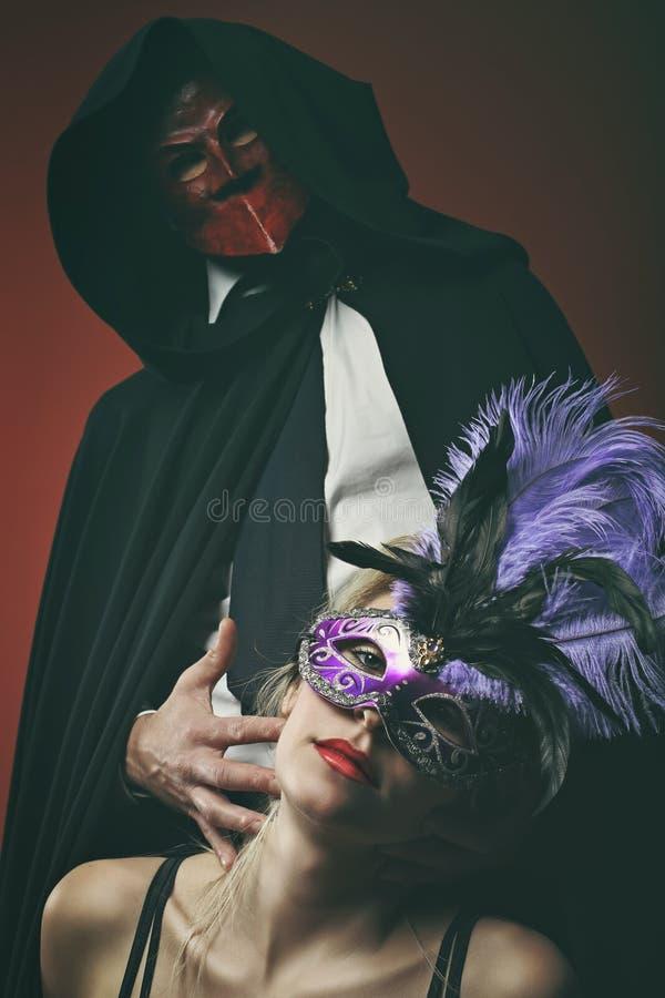 Маски загадочных пар нося венецианские стоковое фото