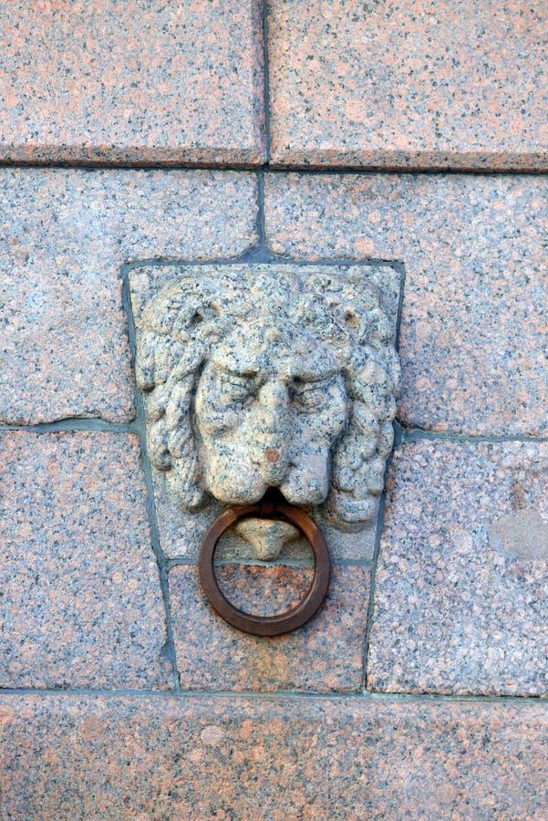Маски льва на вертеле острова Vasilievsky Более раньше оно было использовано для того чтобы связать шлюпки и баржи Взгляд собора  стоковое изображение