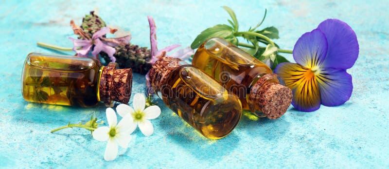 Масло и цветок лаванды на голубой предпосылке Здоровье здоровья conc стоковые изображения rf