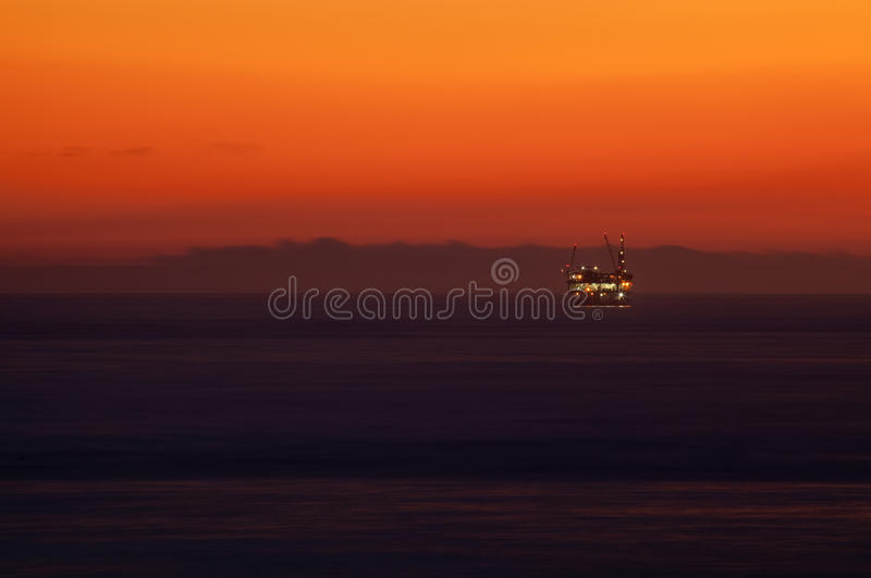 масло над заходом солнца моря снаряжения стоковая фотография