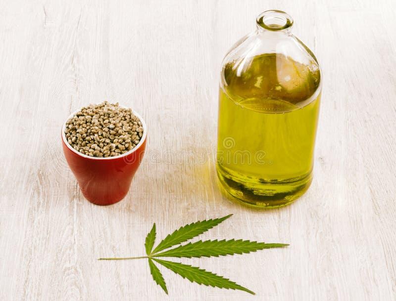 Масло пеньки в бутылке с пуком семян марихуаны стоковое фото rf