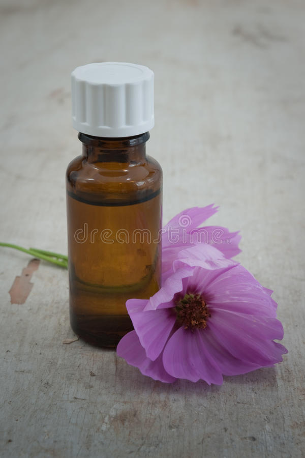 масло цветка бутылки стоковая фотография