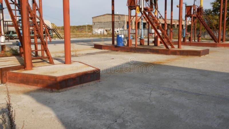 Масляные насосы на депо масла шток Старая ферма танка на солнечный день Концепция индустрии топлива стоковые фотографии rf