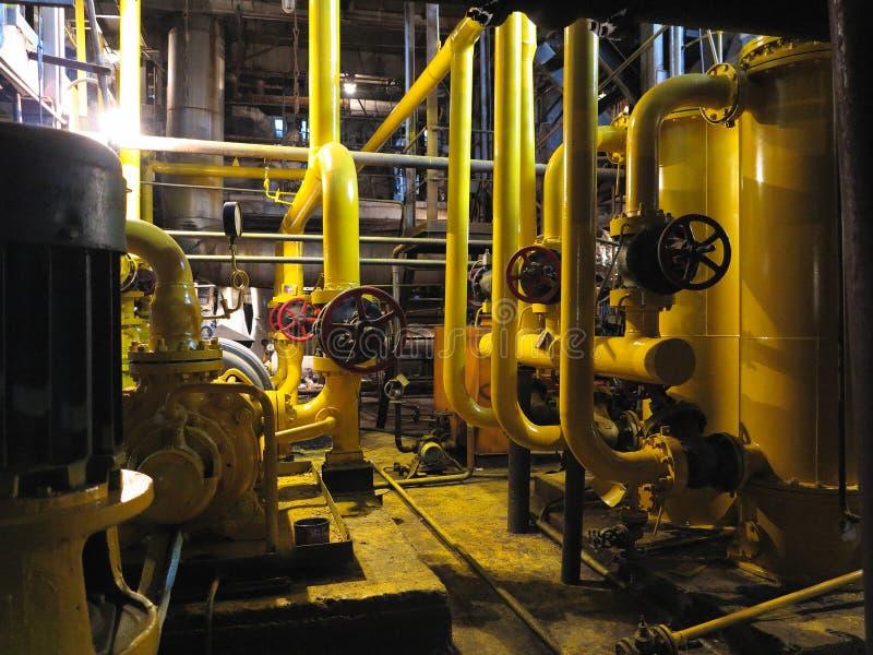 Масляный насос, желтые трубы, трубки, машинное оборудование на электростанции стоковые изображения rf