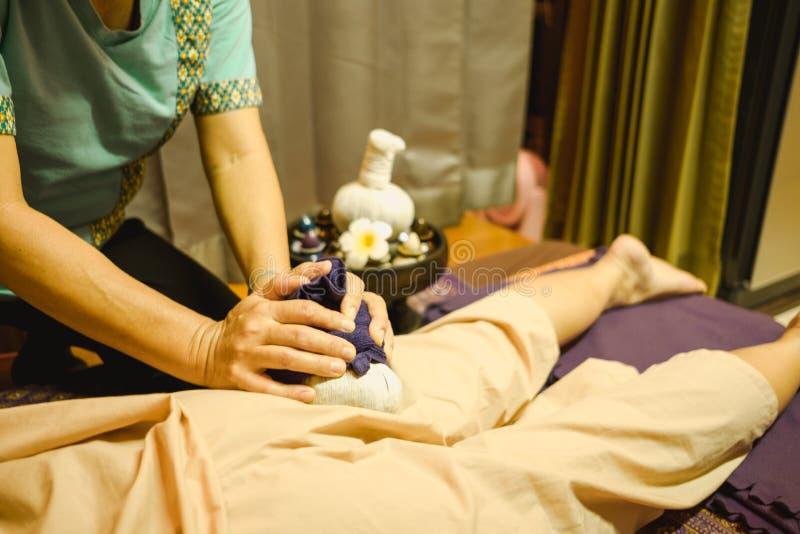 Массажируйте массаж тела предпосылки в молодой женщине салона курорта срочной стоковые фото