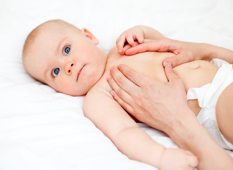 массаж младенца стоковые фотографии rf