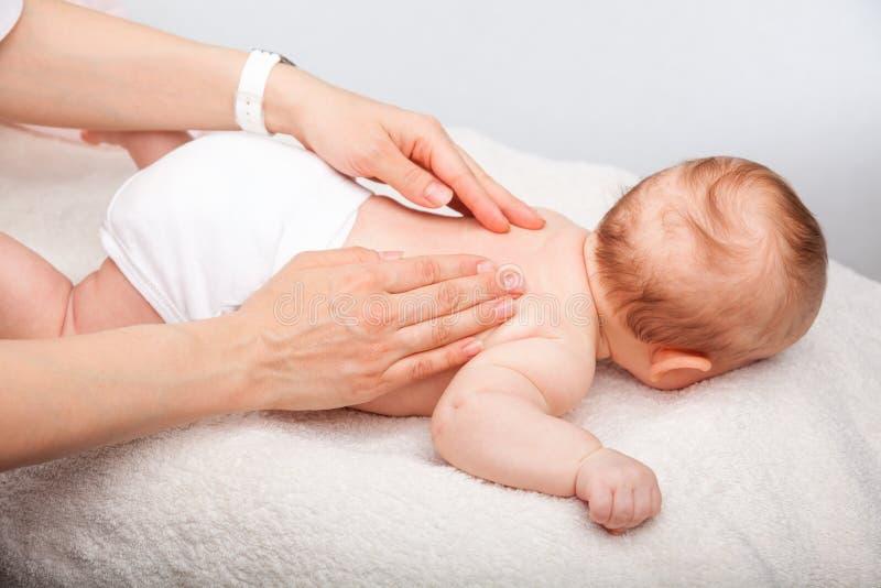 Массаж младенца задний стоковое фото rf