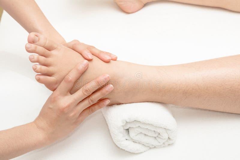 Массаж ноги, нога massagingn рук терапевта стоковые изображения