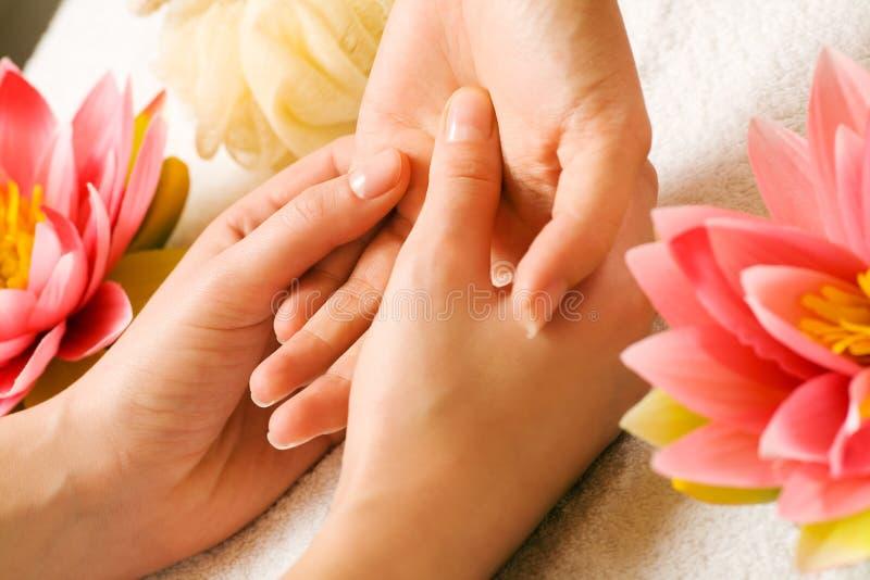 массаж руки стоковые фото