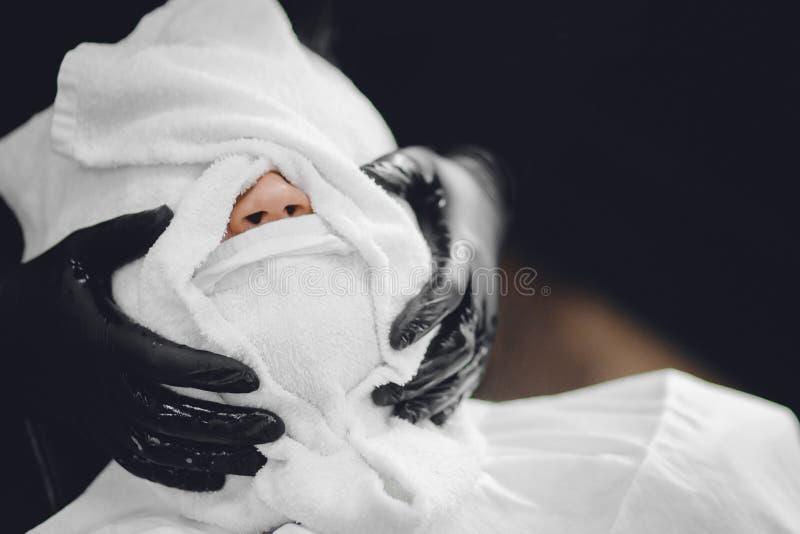 Массаж стороны перед опасным королевским бритьем Борода и усик брея, пар с горячими полотенцами Парикмахерская концепции стоковые фотографии rf