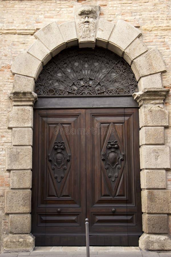 Массивная дверь дуба стоковое изображение rf
