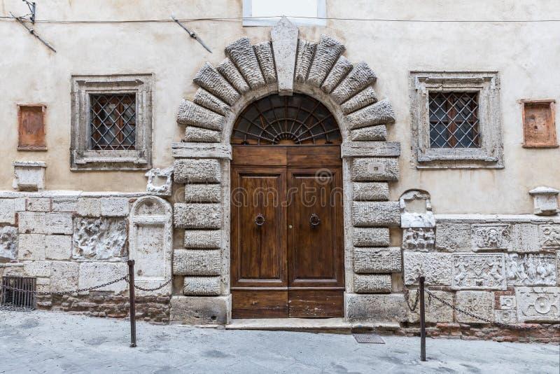 Массивнейшие деревянные двери типичные южной Италии стоковые изображения