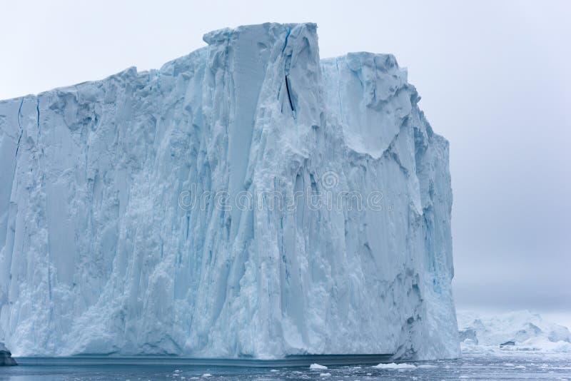 Массивный айсберг плавая в Северный океан стоковое изображение rf