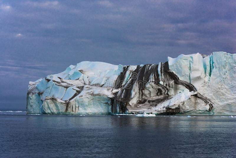 Массивный айсберг плавая в Северный океан стоковые фотографии rf