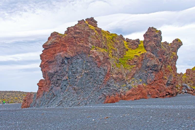 Массивный обмылок лавы на удаленном пляже стоковые изображения