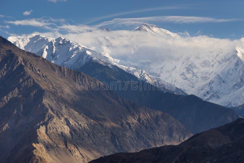 Массив над облаком, девятая самая высокая вершина горы Nanga Parbat в мире в горной цепи Гималаев, Пакистане стоковые фото